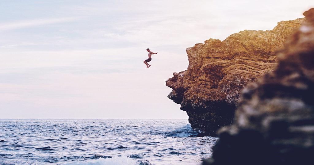 飛び降りアクションを行おうとするトム・クルーズ