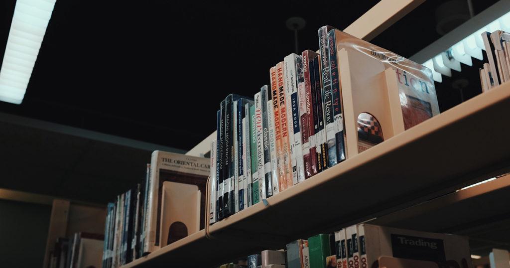 豊かな物語が書かれている本が大量に並んでいる