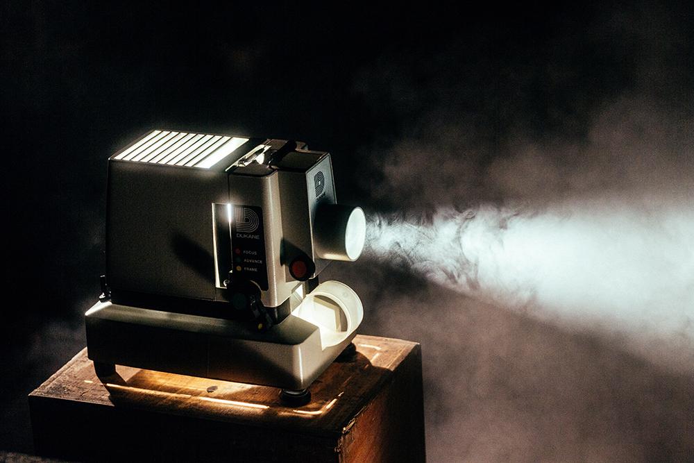 映画を上映する映写機